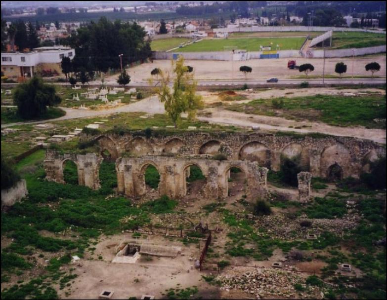 ramla - منظر عام للجامع الأبيض يظهر العقوذ المدببة 1994 / Image credit: Palestine Remembered