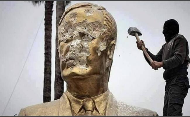 تحطيم تمثال حافظ الأسد من قبل عنصر من جبهة النصرة