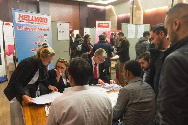 اللاجئون يبحثون عن عمل والشركات تبحث عن عاملين
