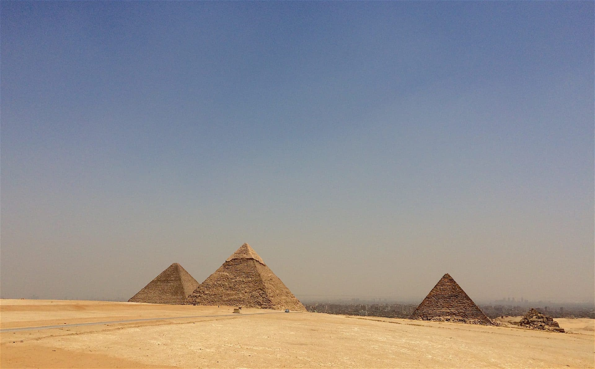 القول بأن أهرامات إفريقيا بنتها كائنات فضائية يدل على العنصرية Pyramidy of Giza, Egypt – © Photo: Hakim Khatib MPC Journal