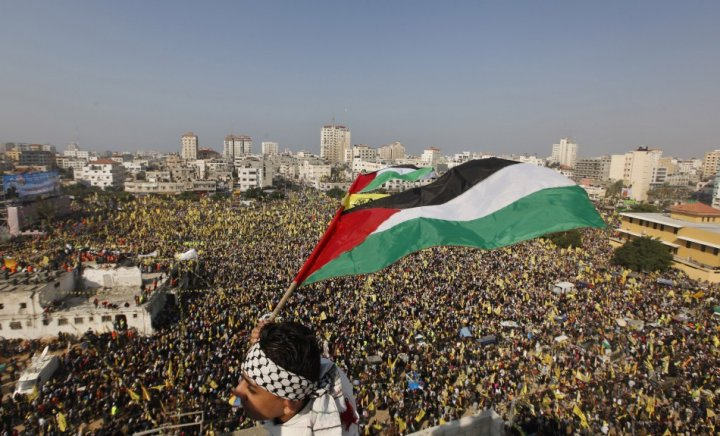 Palestinians rally to mark the 48th anniversary of the founding of the Fatah movement – © Image: Reuters. MPC Journal