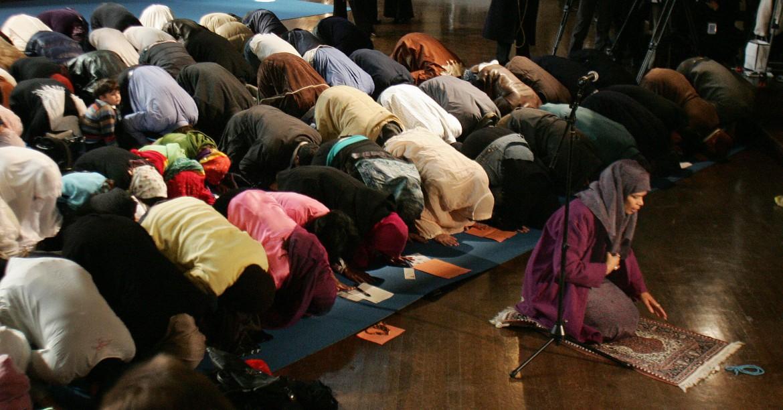 Amina Wadud (R- kneeling), a professor o