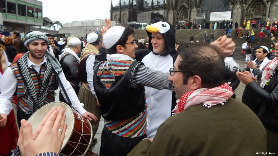 لاجئون سوريون يضفون مزيدا من البهجة على كرنفال كولونيا - Art Beyond Asylum - MPC Journal