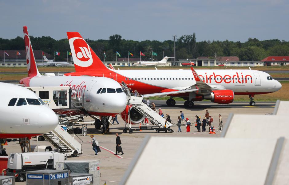 FILE PHOTO:Passengers board a German carrier Air Berlin aircraft at Tegel airport in Berlin, Germany, June 14, 2017.Hannibal Hanschke/File Photo