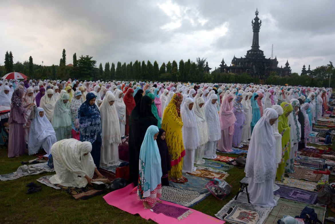 2017-06-25T052152Z_2107101833_RC1DB10ED2C0_RTRMADP_3_RELIGION-EID-INDONESIA