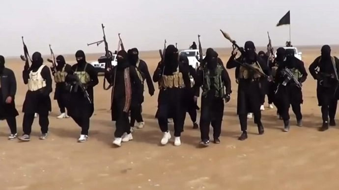 An image grab taken from a propaganda video uploaded on June 11, 2014 by jihadist group the Islamic State of Iraq and the Levant (ISIL) allegedly shows ISIL militants gathering at an undisclosed location in Iraq's Nineveh province. (AFP Photo) © AFP